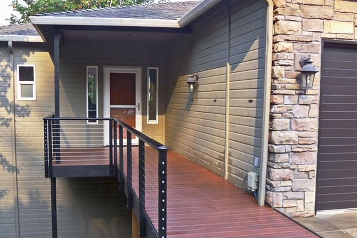 The shaped Aluminum Top Rail used in this photo captures the perfect look for this home in Happy Valley, OR.